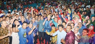 首相纳吉和吉大臣阿末峇沙在日得拉宏愿大礼堂与古邦巴素巫统党员及支持者合影。