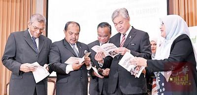"""阿末扎希(左4)由贾米尔(左2起)、纳沙鲁丁、阿芝占等人陪同,翻阅""""宗教、对话与和平共存""""书籍。"""