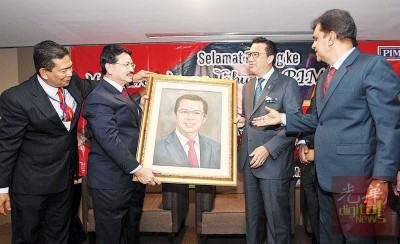 末阿里斯巴卡(左2起)赠送廖中莱画像予廖中莱,感谢出席马来西亚驾驶学院公会常年代表大会。