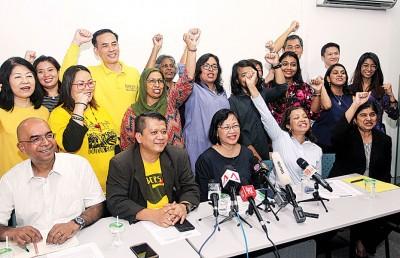 玛丽亚陈(坐者中)转投政坛,获得一众人的支持,左起拉玛纳丹、沙鲁、玛丽娜马哈迪及安美嘉。包括安美嘉(坐者右1)。