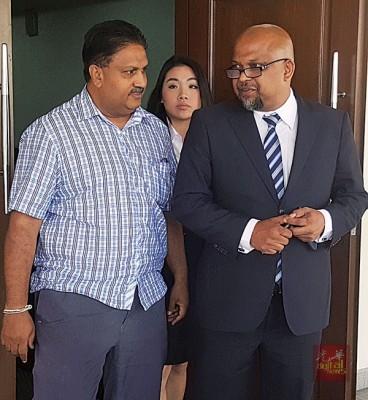 亚洲城手机网页版登陆柏兰阿南在律师代表陪同下步出法庭。