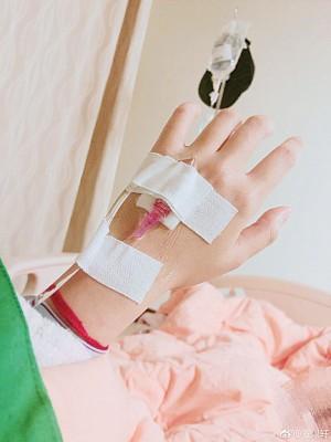 安以轩打点滴住院休养。