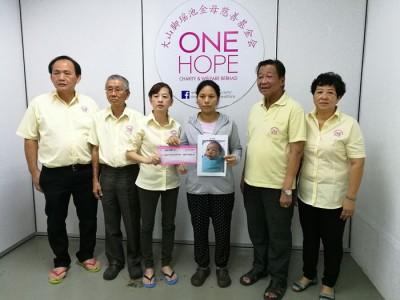 谢玉金(左3起)及母亲丁祖仙感谢各地善心人士慷慨捐助,一天内筹足所需8万令吉。