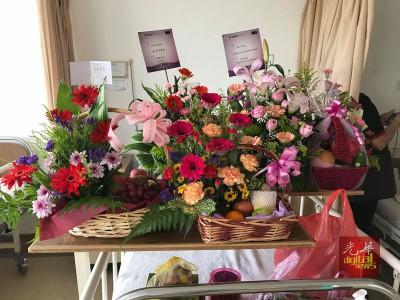 张桂娇自己送花篮给予慰问。