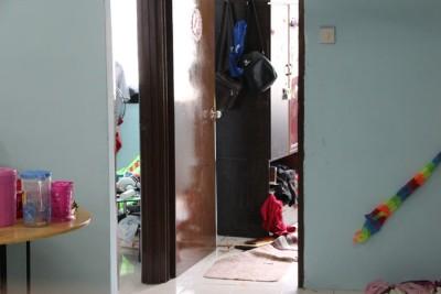 藏尸的衣柜旁还留有血迹,而衣柜下方的抽屉则凝乱。