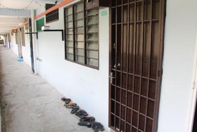 两名同居的屋友被警方扣留助查,屋子大门已经上锁。