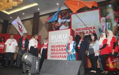 巴联盟在发表《先后14顶全国大选竞选宣言》眼前,先是发表希联歌《打希望马来西亚》(Bina Harapan Malaysia)。