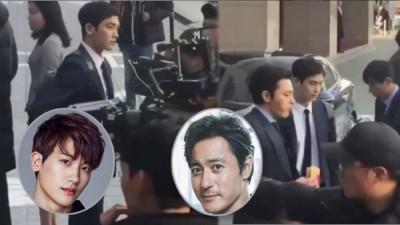 张东健(右)、朴炯植日前在办公大楼拍摄《金装律师》。