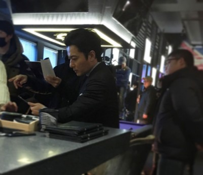 张东健拍戏空档被偷拍。