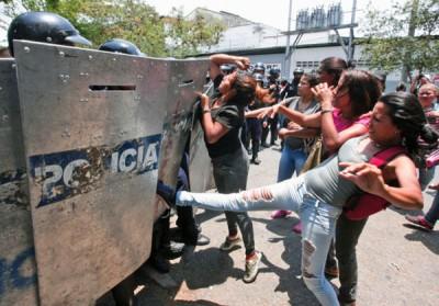 警察总部外爆发冲突。
