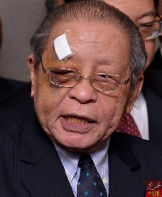 林吉祥的右眼仍瘀青 ,额头还贴着纱布。