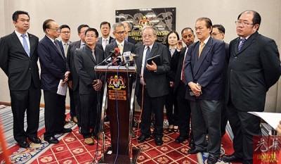 林吉祥(前排右3)由众国会议员陪同,召开新闻发布会。