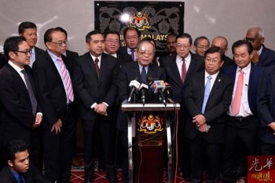 """林吉祥(站者中)与一众行动党国会议员召开记者会,劈头就以""""我很好""""向关心的人士报平安。"""