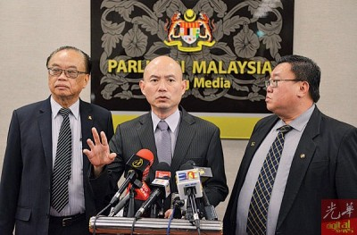 林立迎(中)由方贵伦(左)及苏建祥陪同,召开记者会责问吉隆坡市政局前执行总监滥权案。
