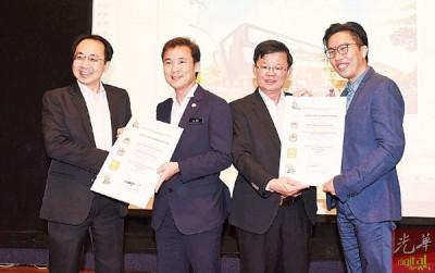 林华光(左)与谭伟梁(右)颁赠绿色建筑指数证书予尤端祥(左2起)及曹观友。