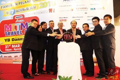 槟州旅游发展委员会主席罗兴强(右4)、马来西亚华人旅游业公会(槟城分会)主持人蔡德兴(左5)、推行顾问苏文杰(右3)、总参陈政宁(右2)、副会长詹雅评(左4)和理事们共主持开幕仪式。