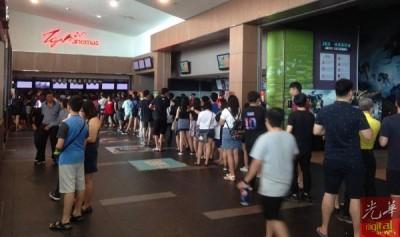 受影响的民众在电影院外排队领取退款。
