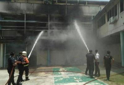 拯救人员朝灾场灌水。