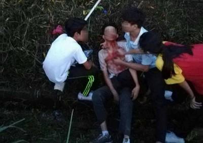 一名学生在冲突过程中受伤,血流如注。