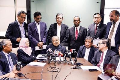 马哈迪(为者中)主办希联会议后,举行记者会。左起为慕尤丁、红红火火阿兹莎、莫哈最终沙布同林冠英。