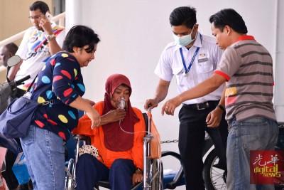 医务人员为病患提供氧气供应。