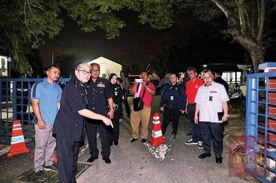 马兹南(左2)与执勤警察周二对媒体现身说法。