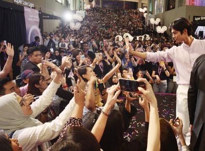 """""""王世子""""朴宝剑果然魅力无法挡,吸引数千名粉丝挤爆活动现场,全程挂着招牌笑容的他,举手投足都引来粉丝尖叫,媒体猛拍。"""