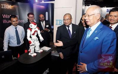 纳吉在为吉隆坡招商局常年部长级活动开幕后,与IBM公司制作的机器人对话。