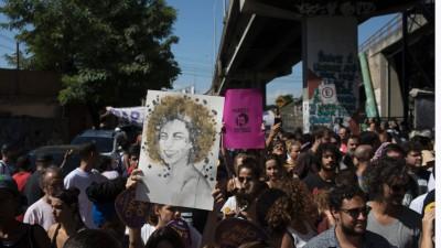 示威者持被被杀女议员肖像游行。