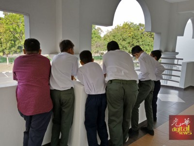 6名涉及骑蚊型脚车的少年,身穿校服出席面控。