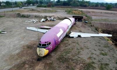 碧差汶府公路旁突然出现飞机残骸。