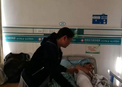 穆妇仔细照顾患病的男人。