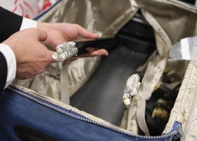海关在行李箱的引内查获有筷子、珠串等长条状象牙制品。