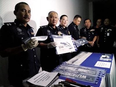 警方从匪车上搜出一把短枪和巴冷刀;左3为芙蓉警区主任张福宝助理总监。