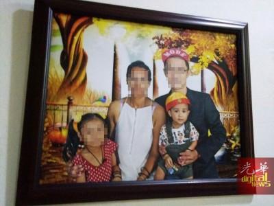 小死者董昭康生前与家人的全家福照片。