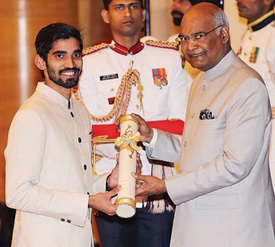 斯里坎从印度总统科温德(右)手中接过勋章证书。