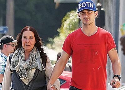 席亚拉伯夫经常被拍到牵着妈妈外出。