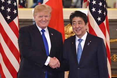 安倍晋三(右)将于4月中访美,与特朗普(左)谈论朝鲜等议题。