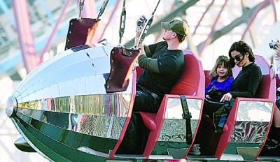 一家3口去年底曾到迪士尼乐园玩。