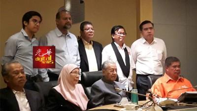马哈迪(坐者左3)主持希联高阶领袖会议后,向媒体发表讲话。坐者左起是慕尤丁、旺阿兹莎及莫哈末沙布。