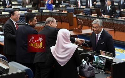 """阿末扎希在国会下议院休会后,走到""""对面""""向反对党领袖拿督斯里旺阿兹莎(右起)、林吉祥、林冠英(左1)握手致谢。"""