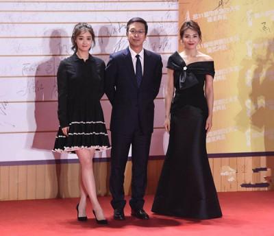 蒋欣(左)和刘涛(右)将制作人夹在中合照。