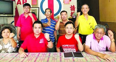 张哲敏(坐左2)抨击国阵承认统考却只字不提可被录取成为公务员。坐左起陈淑琼、梁誉升、欧达伟。站左起马绍伦、黄金良、蔡锦润、黄华。