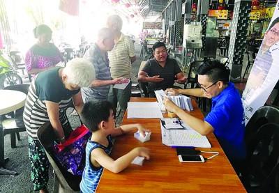 锺俊洁每周都固定在南山咖啡店开设服务站。