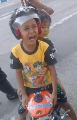 """5岁男童雷图载着同龄男童,在马路上""""飙速"""",结果遭警方拦截时,哭求别没收他的迷你摩托车。"""