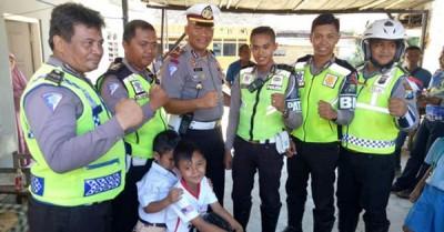 警员最终安全护送雷图和他那宝贝的迷你摩托车返家。