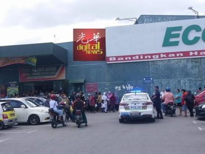 超市外排起长长人龙,甚至出动警方到场广播柔王储并未到来。(取自脸书)