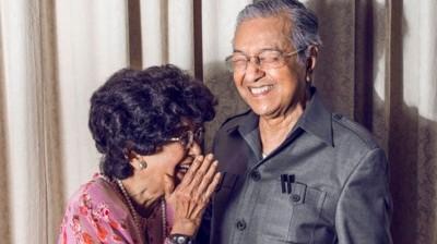 马哈迪与西蒂哈斯玛夫妇在最仰慕的男女组别排行榜中,分别挂冠及居亚。