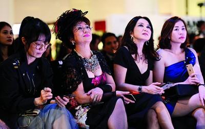著名港星冯宝宝(中)亦是座上嘉宾之一。