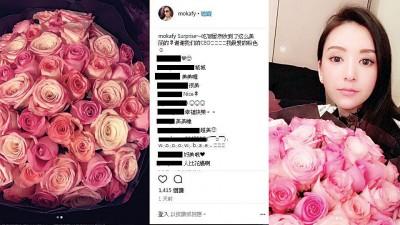 方媛接受一大束玫瑰花。